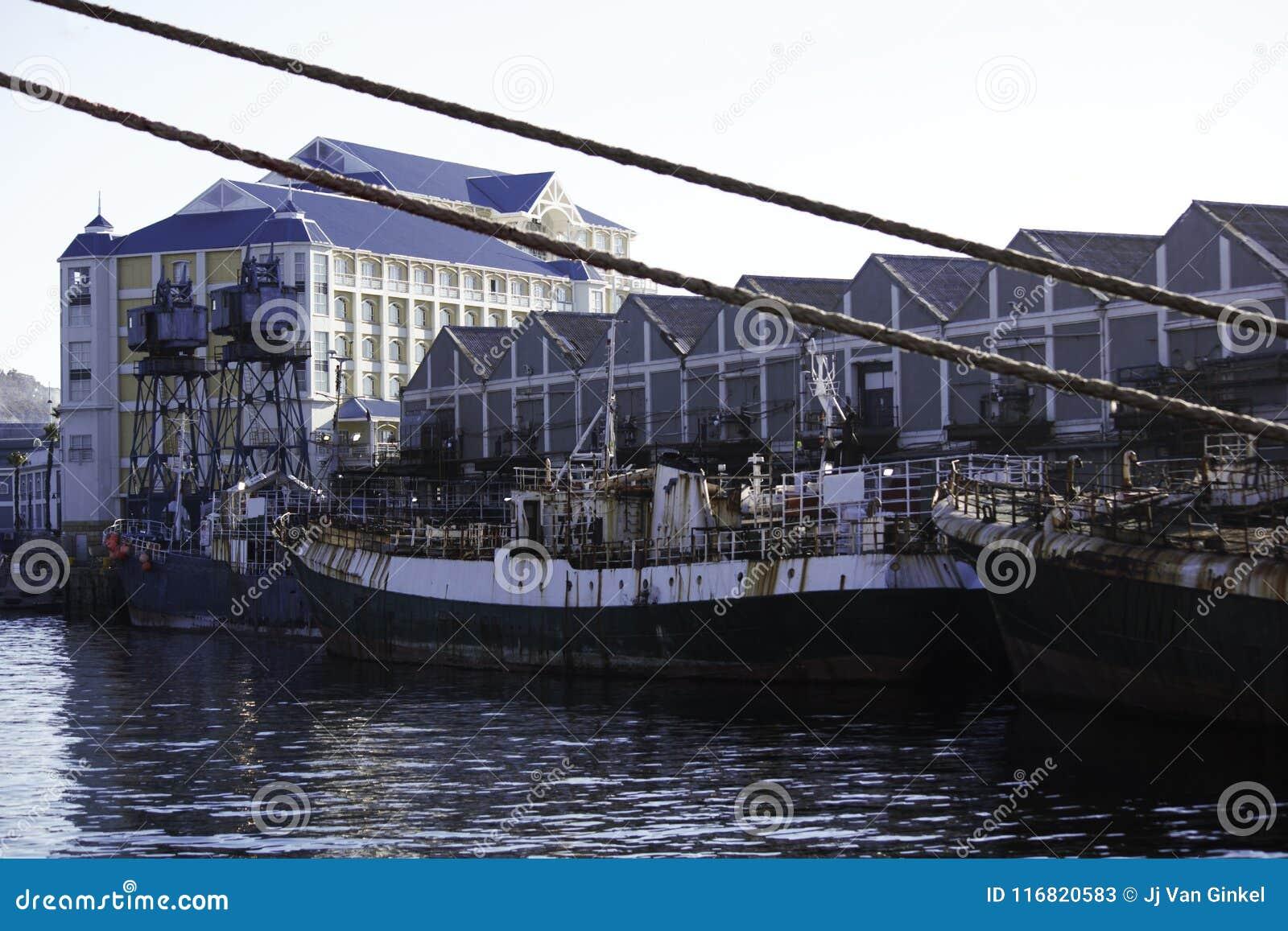 Ośniedziałe łodzie rybackie Cumować Na molu