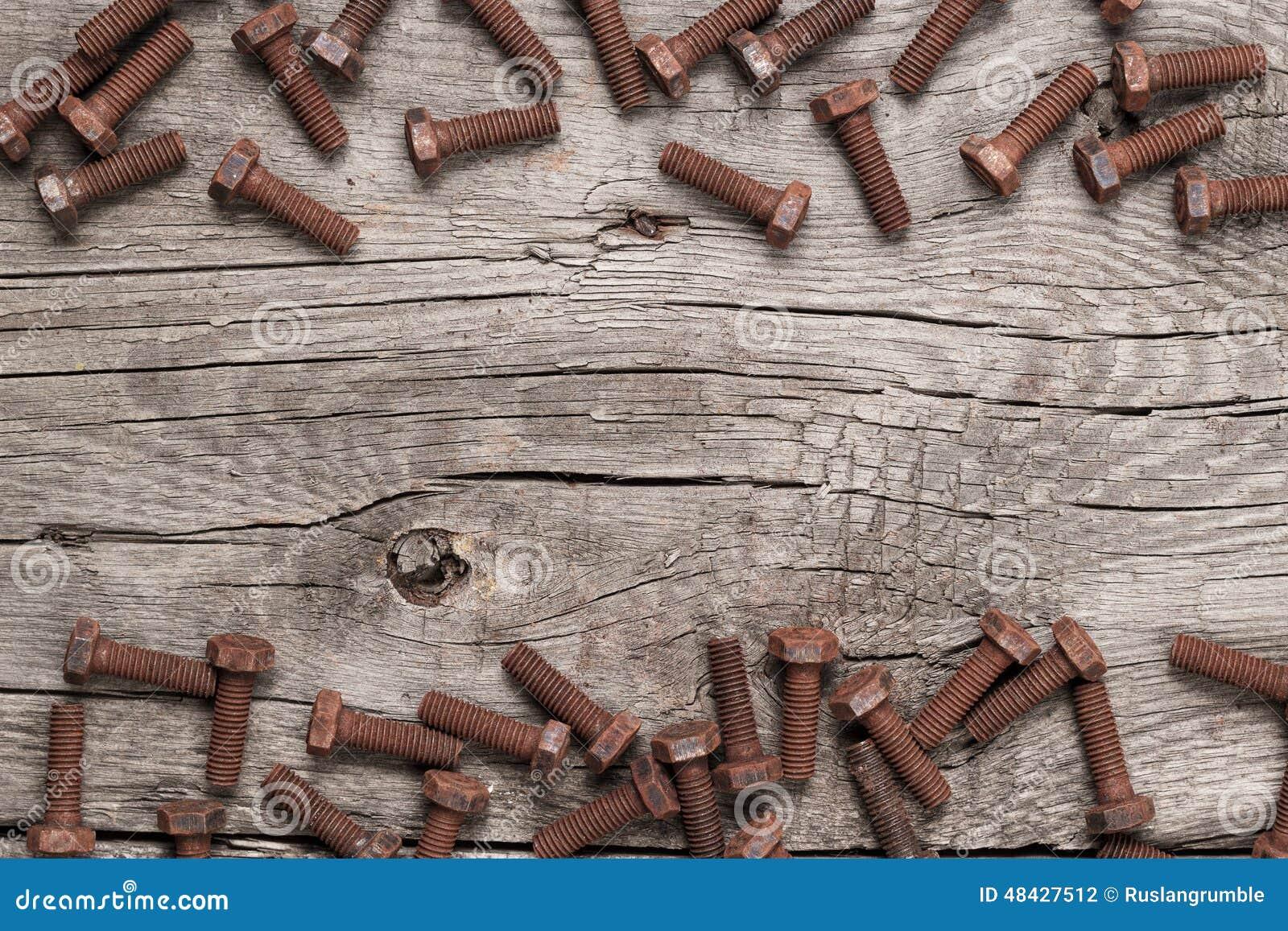 Ośniedziały śrubowy rygiel na drewnianym stole