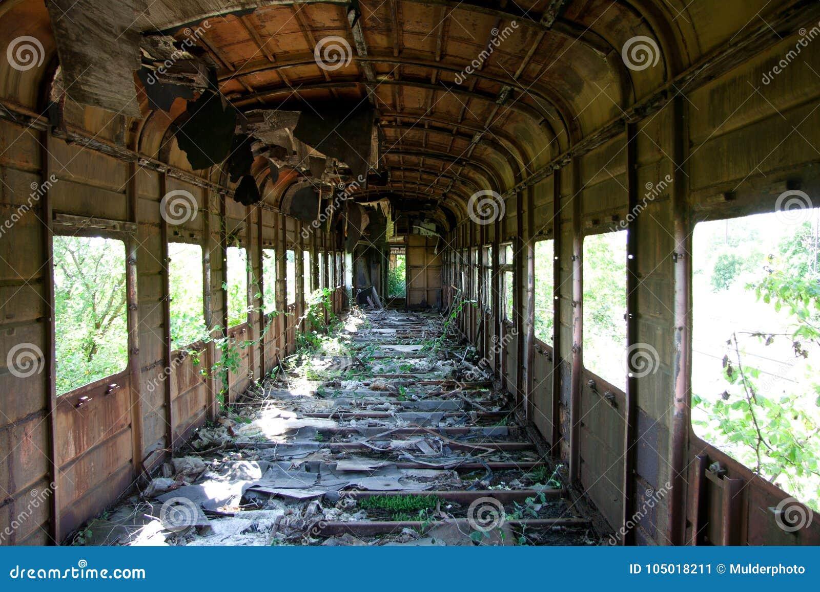 Ośniedziały przerastający zaniechany i zniszczony taborowy furgon Echo Abkhaz wojna