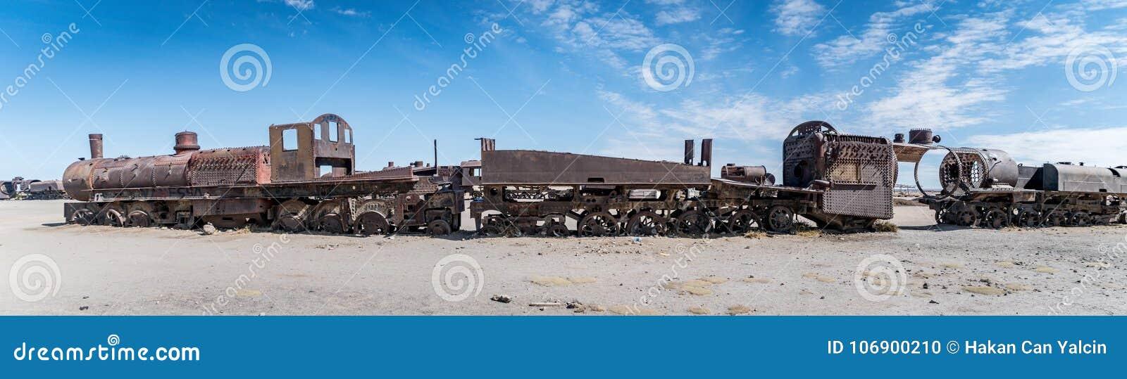Ośniedziały stary pociąg przy Taborowym cmentarzem w Uyuni pustyni, Boliwia, Ameryka Południowa
