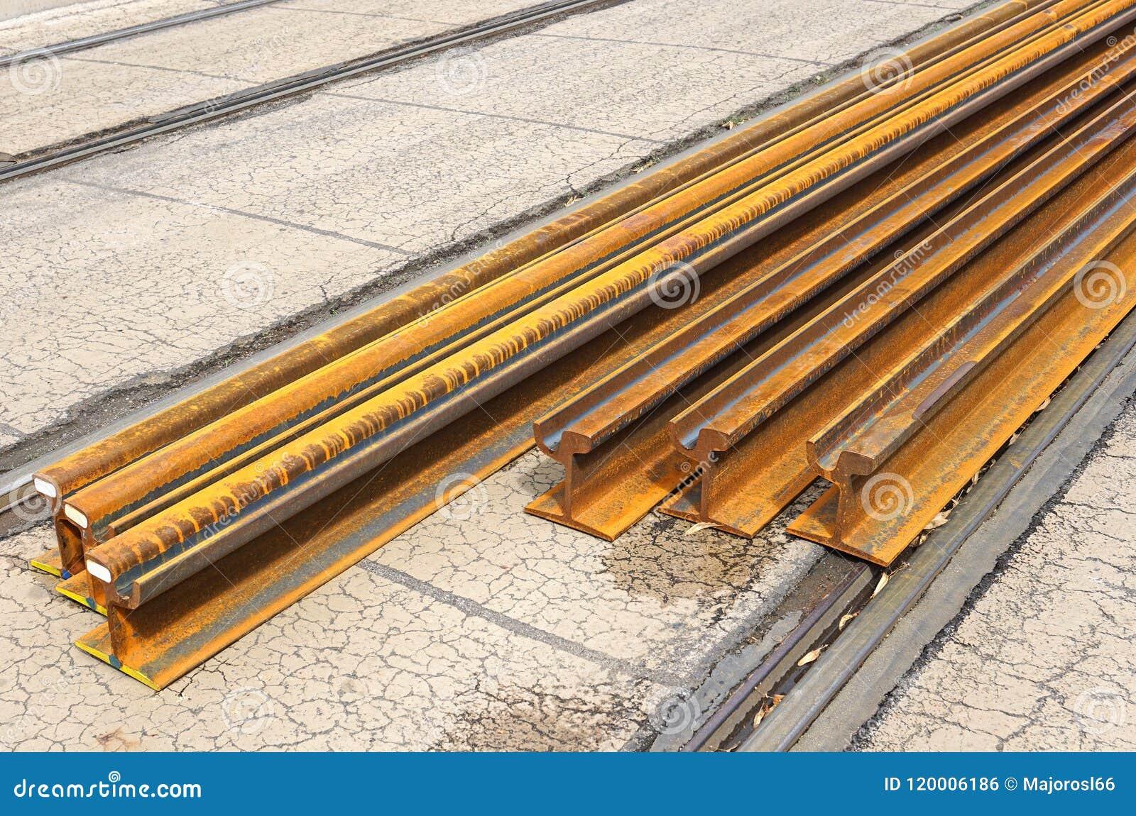 Ośniedziali poręczy żelaza na ulicie