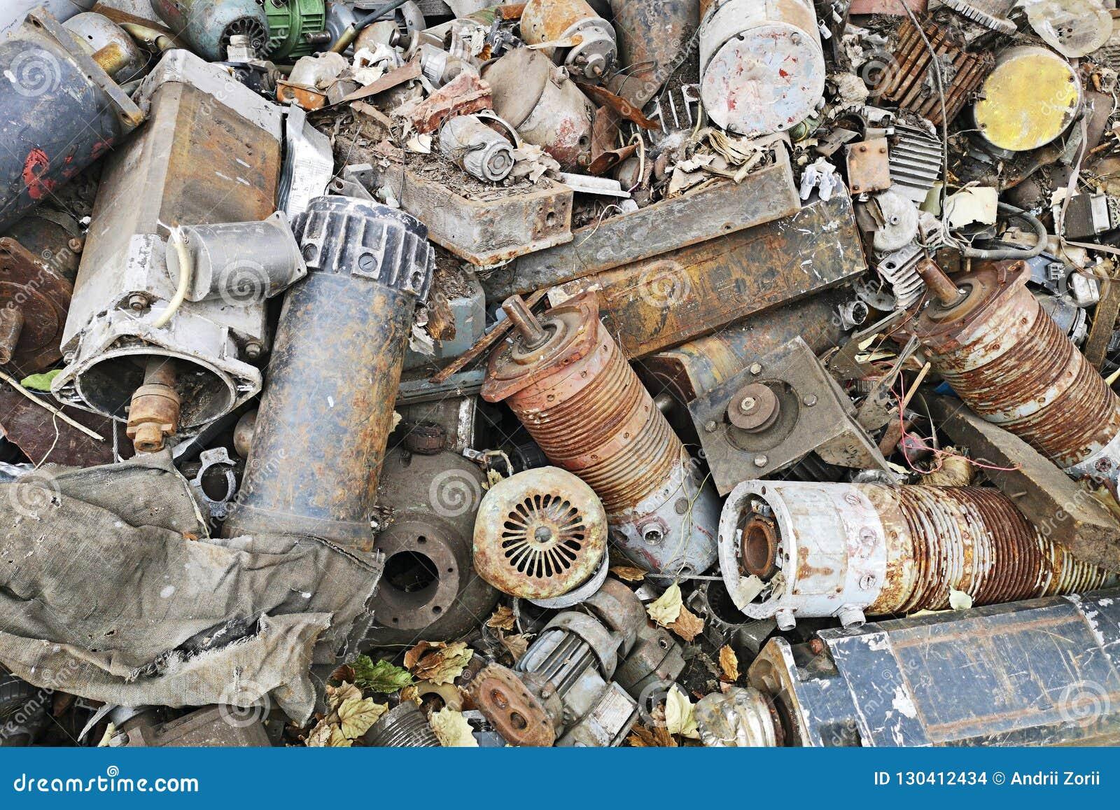 Ośniedziali silniki brogujący w scrapyard Parowozowe części smarować i zakrywać z zrudziałym usypem kawałki maszyneria żelazna i