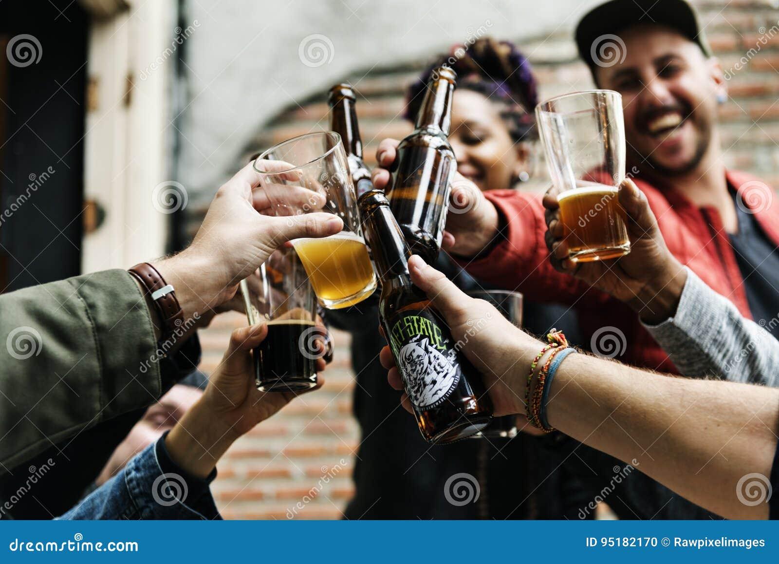 O álcool da fermentação das bebidas da cerveja do ofício comemora o rafrescamento