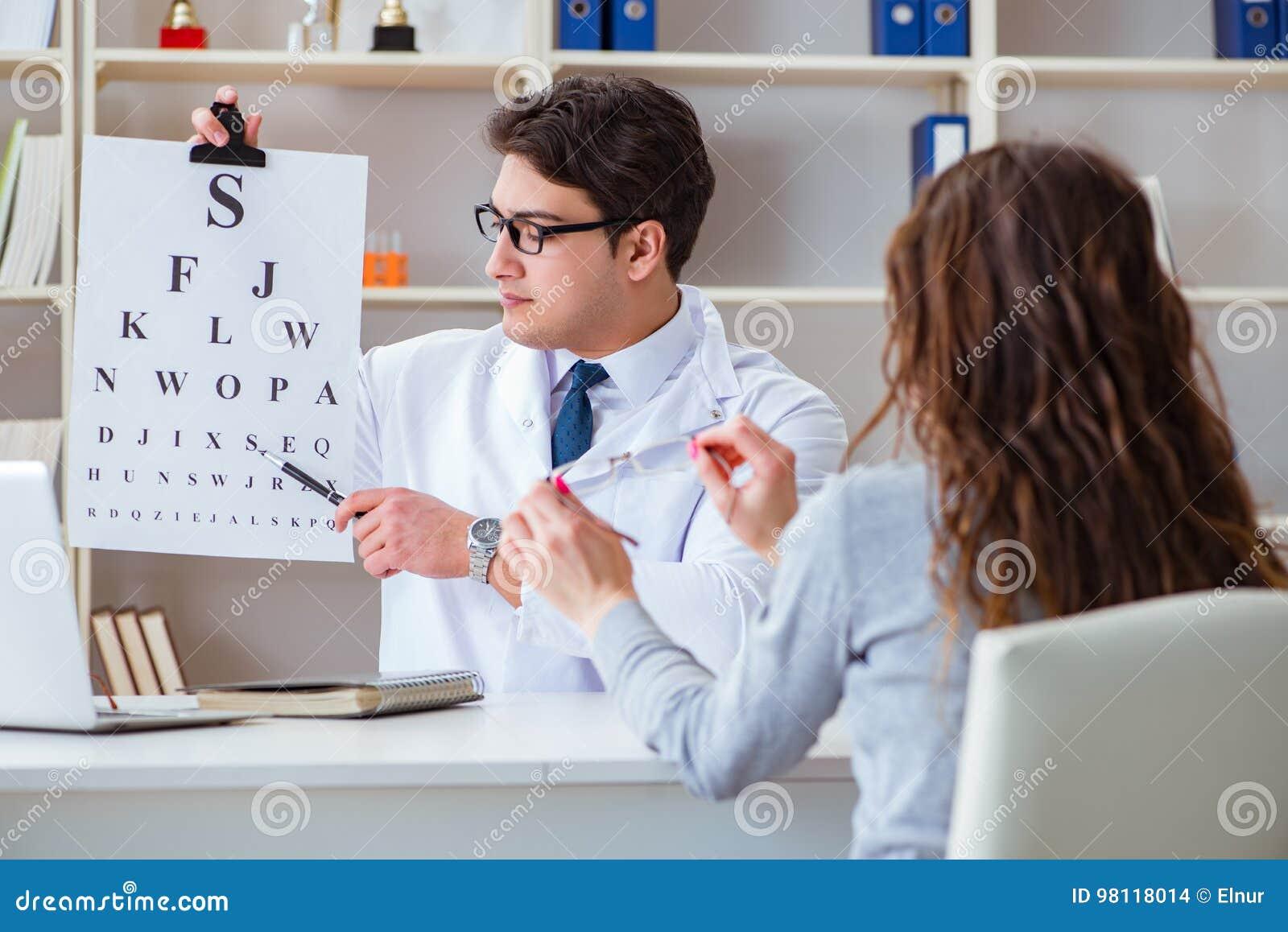 O ótico do doutor com a carta da letra que conduz uma verificação do teste do olho