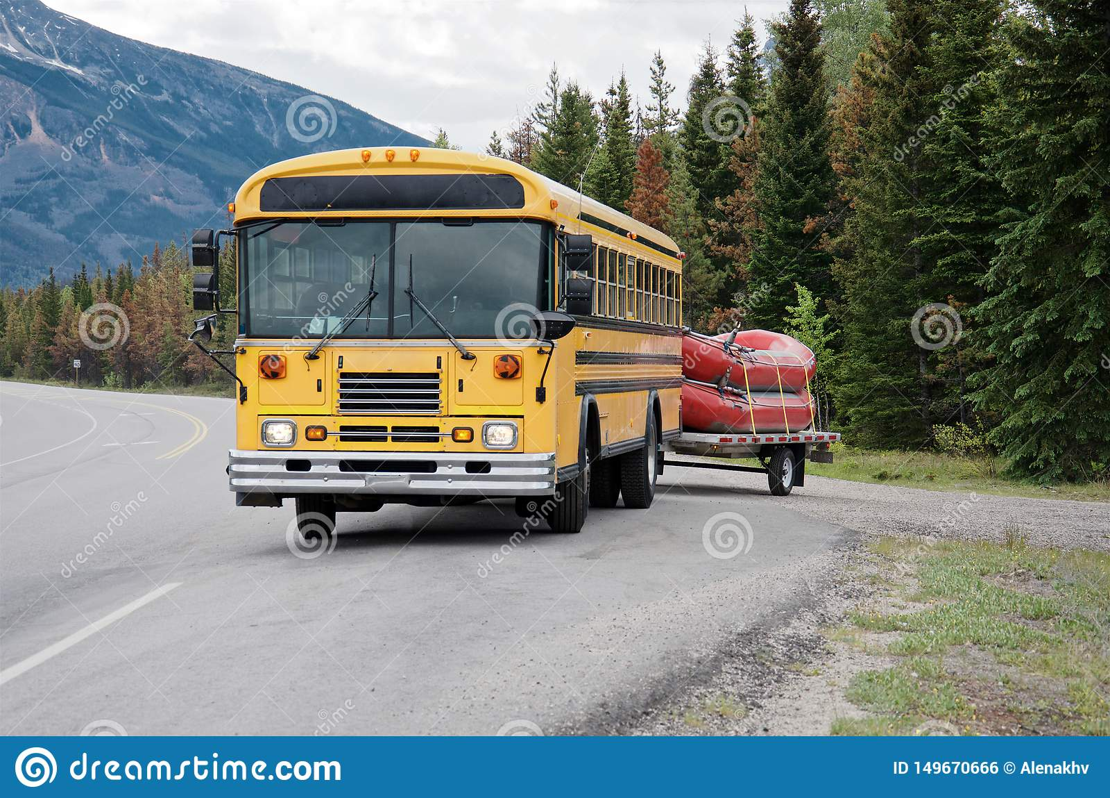 O ônibus amarelo leva dois barcos vermelhos