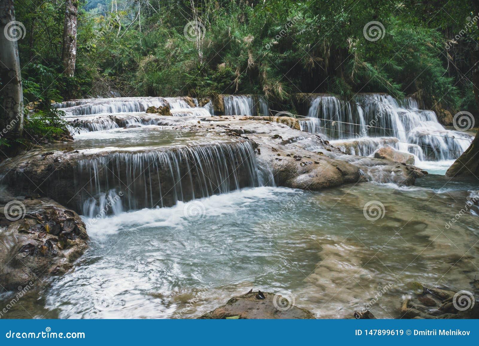 O Красивый пейзаж Водопад в диких джунглях Азиатская природа Глубокий водопад леса на соотечественнике водопада Erawan