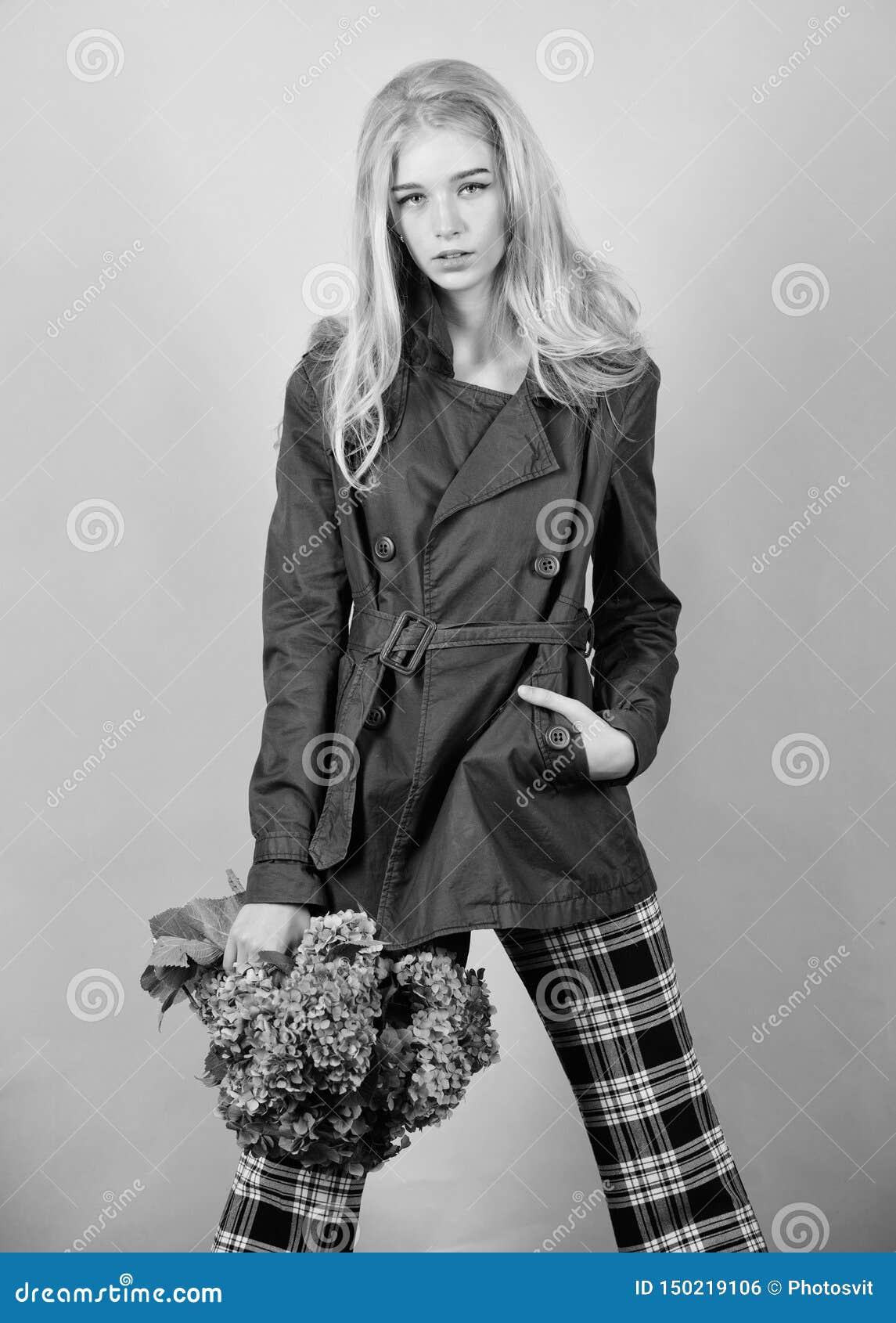 O Пальто носки фотомодели девушки на сезон весны и осени e :