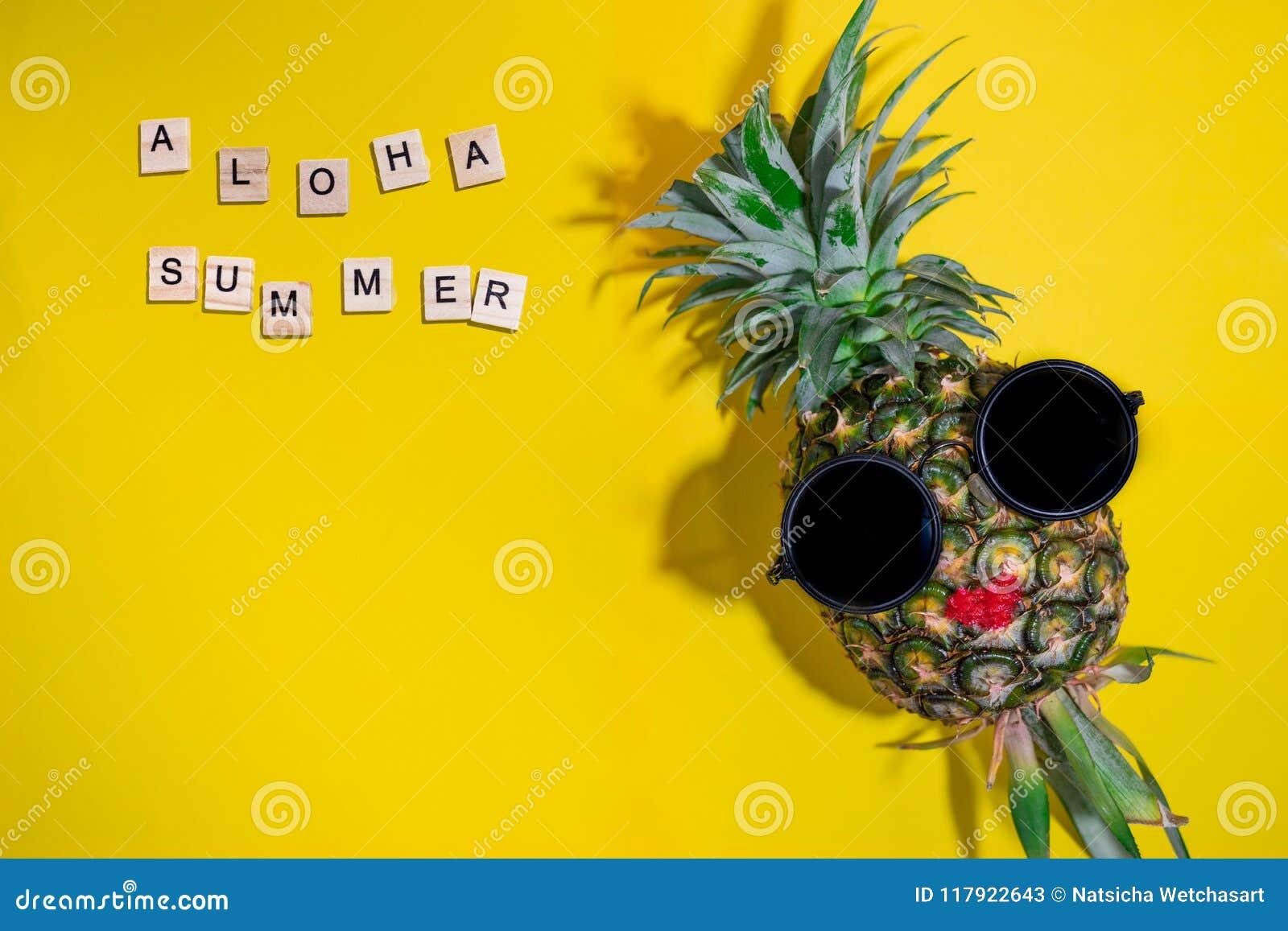 O abacaxi fresco veste óculos de sol e os bordos vermelhos com aloha a  palavra do 0ddd9c8b59
