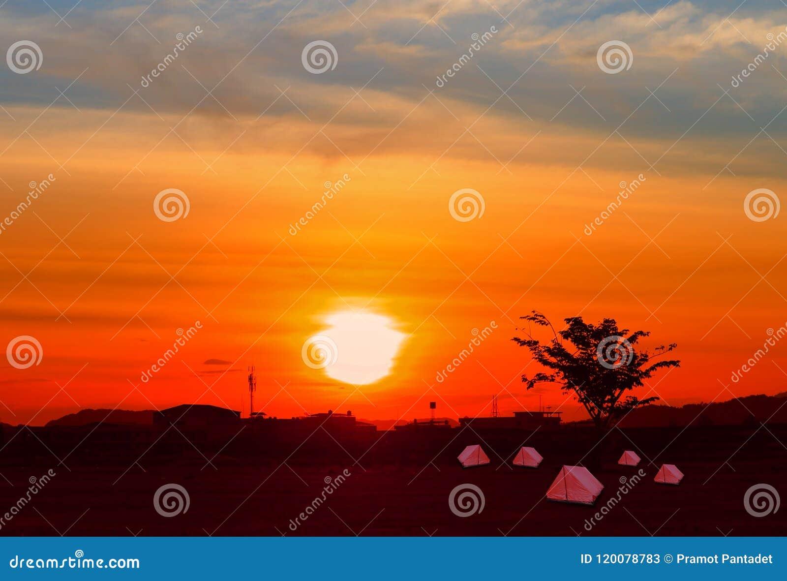 O acampamento da acomodação de turista da lona da barraca relaxa o por do sol do tempo no fundo com espaço da cópia