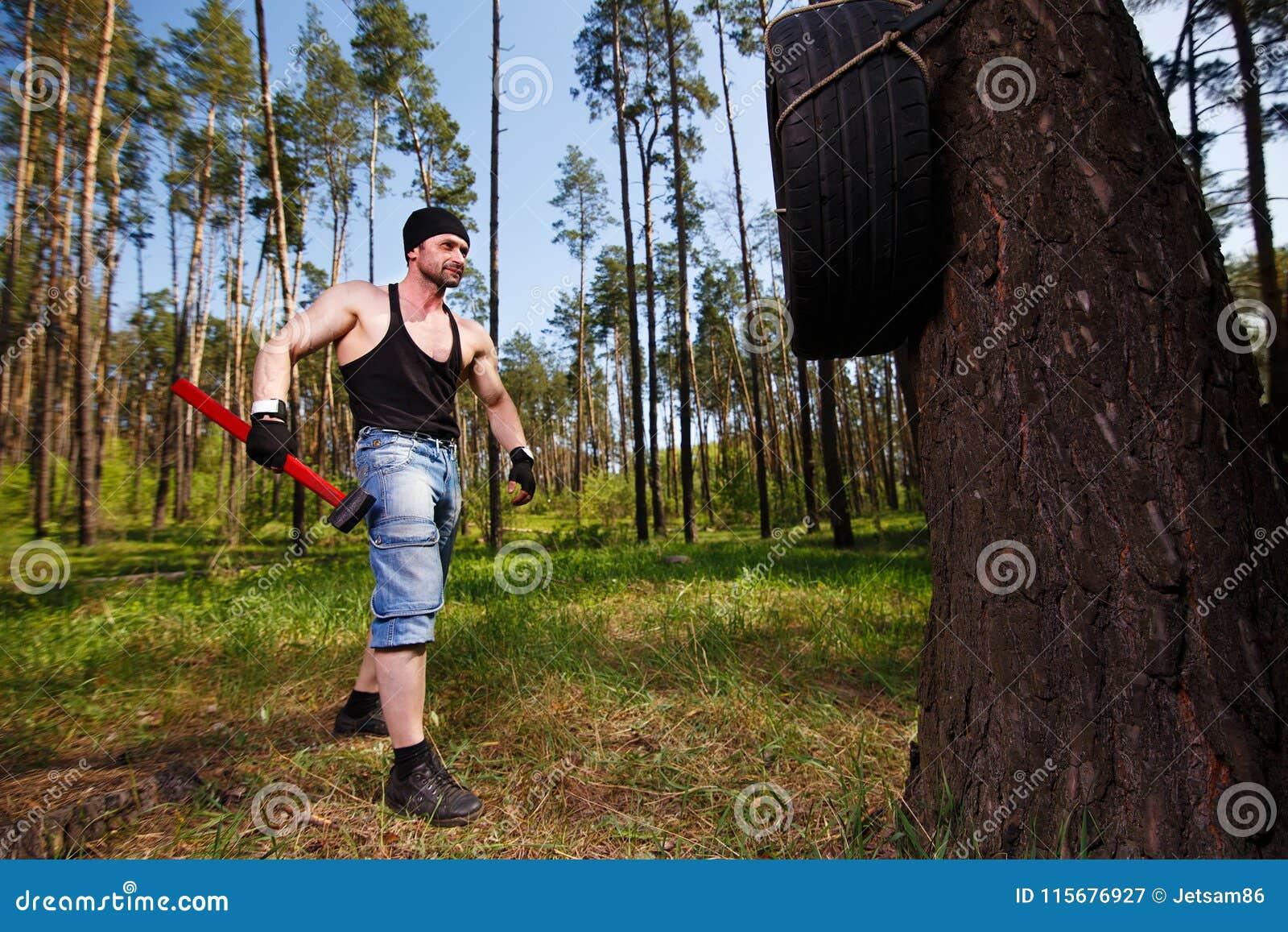 O adulto saudável forte rasgou o homem com os músculos grandes que dão certo a sagacidade