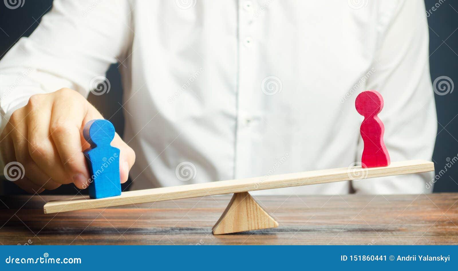 O advogado da família compartilha da figura de um homem e de uma mulher em escalas O conceito do divórcio e divisão da propriedad
