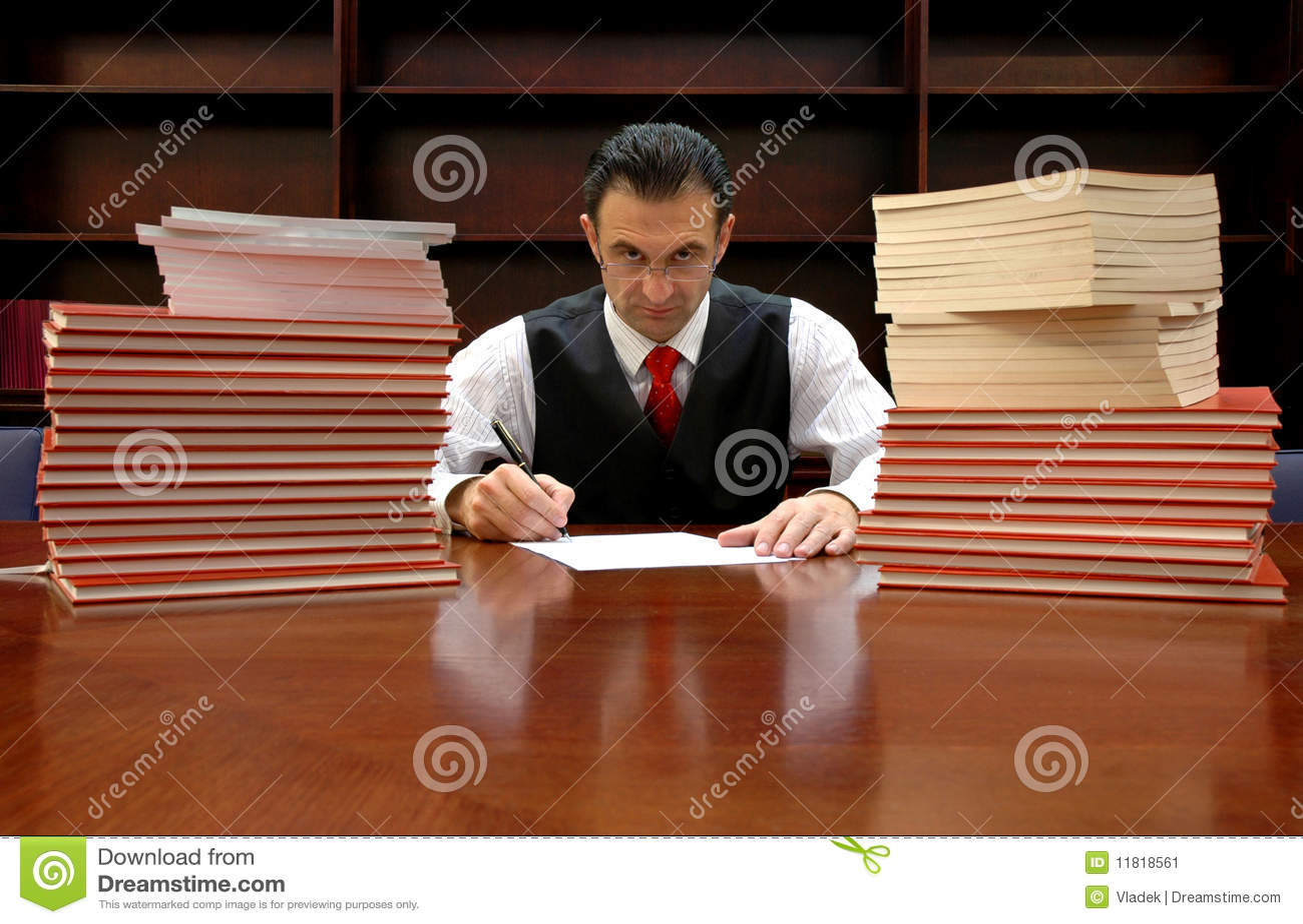 O advogado está assinando o contrato