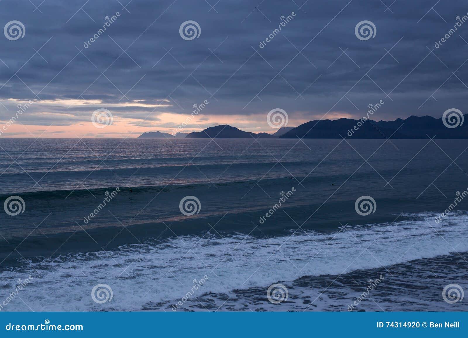 O Alaskan acena no por do sol