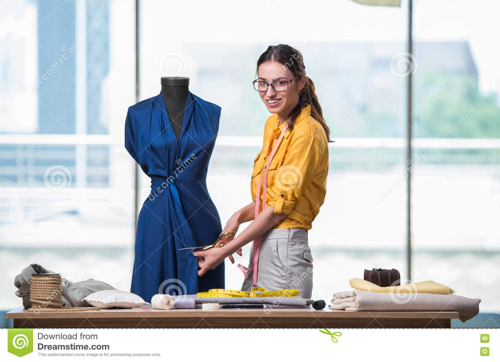 O alfaiate da mulher que trabalha na roupa nova