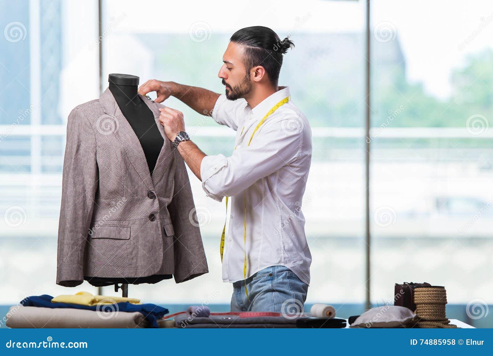 O alfaiate novo que trabalha no projeto novo da roupa