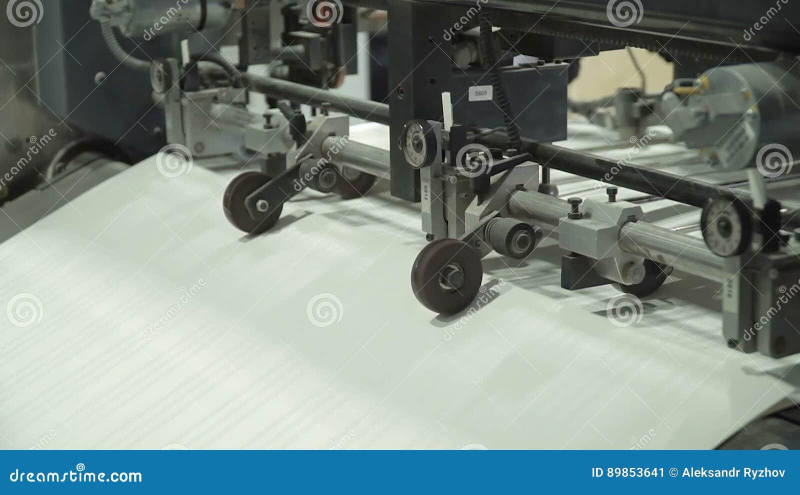 O alimentador de folha do vácuo fornece folhas de papel individuais na máquina impressora da pilha do papel Relativo à maquinaria vídeos de arquivo