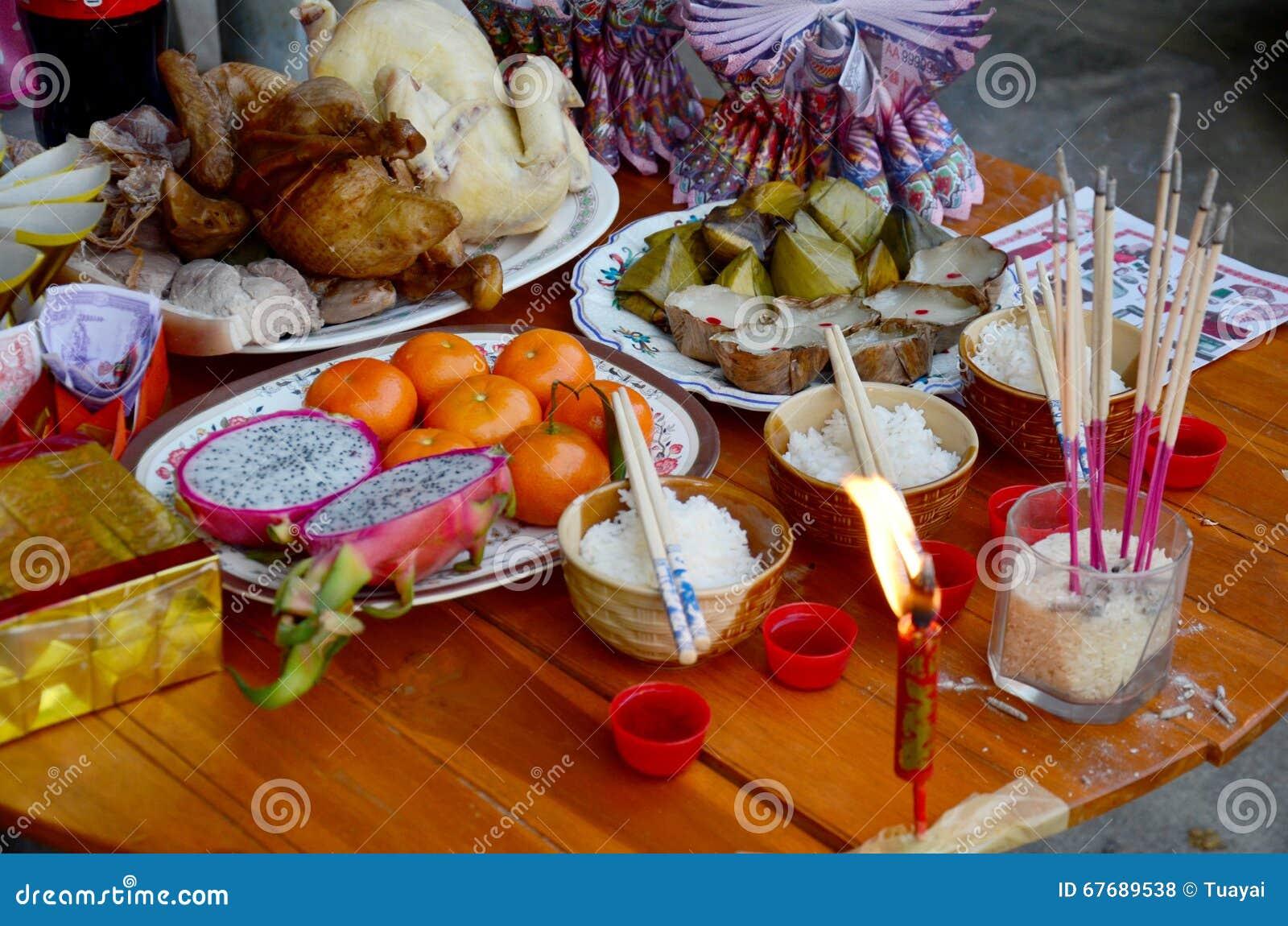 O alimento de oferecimento sacrificial para reza ao deus e ao memorial a mais ancest