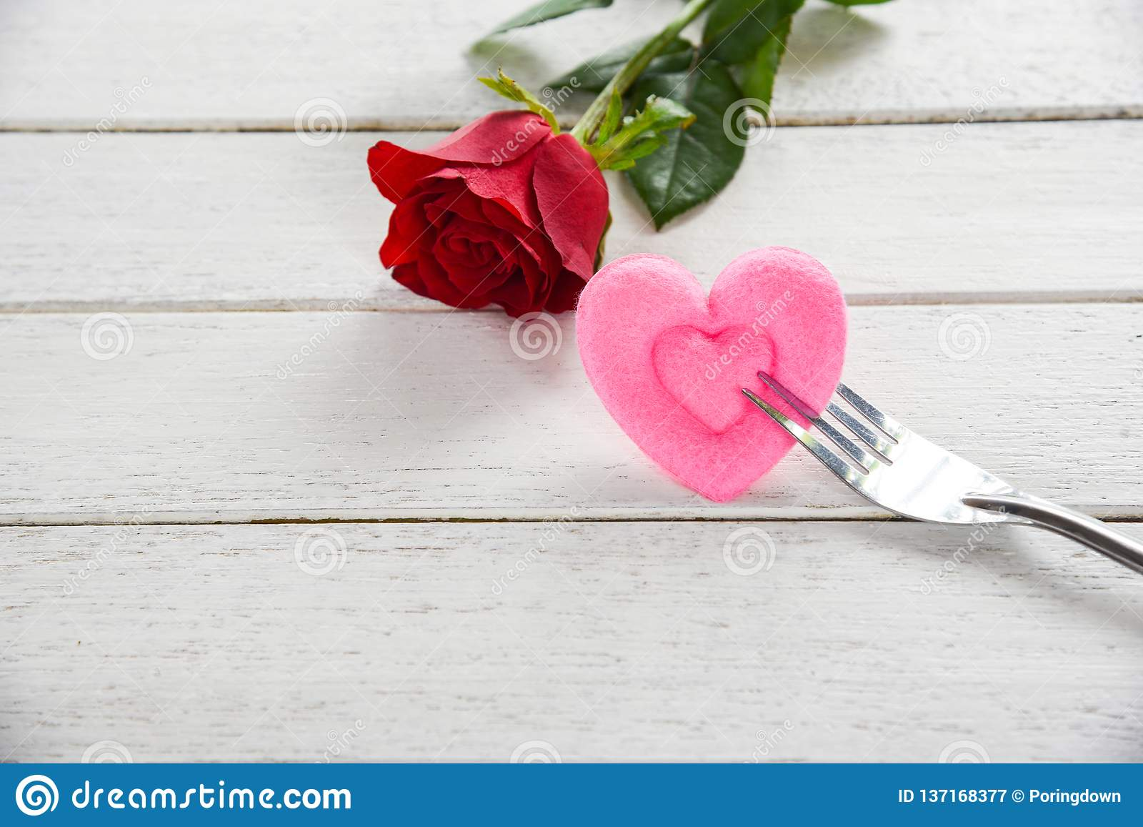 O alimento romântico do amor do jantar dos Valentim e ama cozinhar o conceito - ajuste romântico da tabela decorado com a flor co