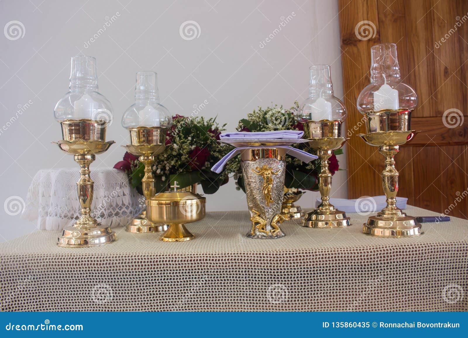 O altar é iluminado pela luz solar