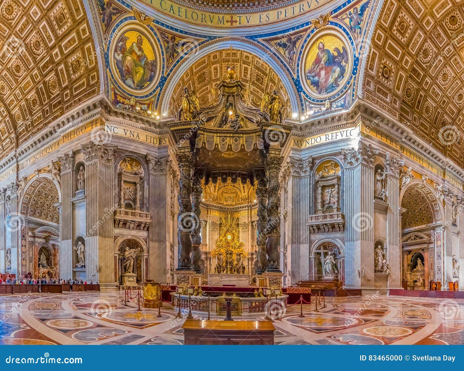O altar da basílica do ` s de St Peter no Vaticano