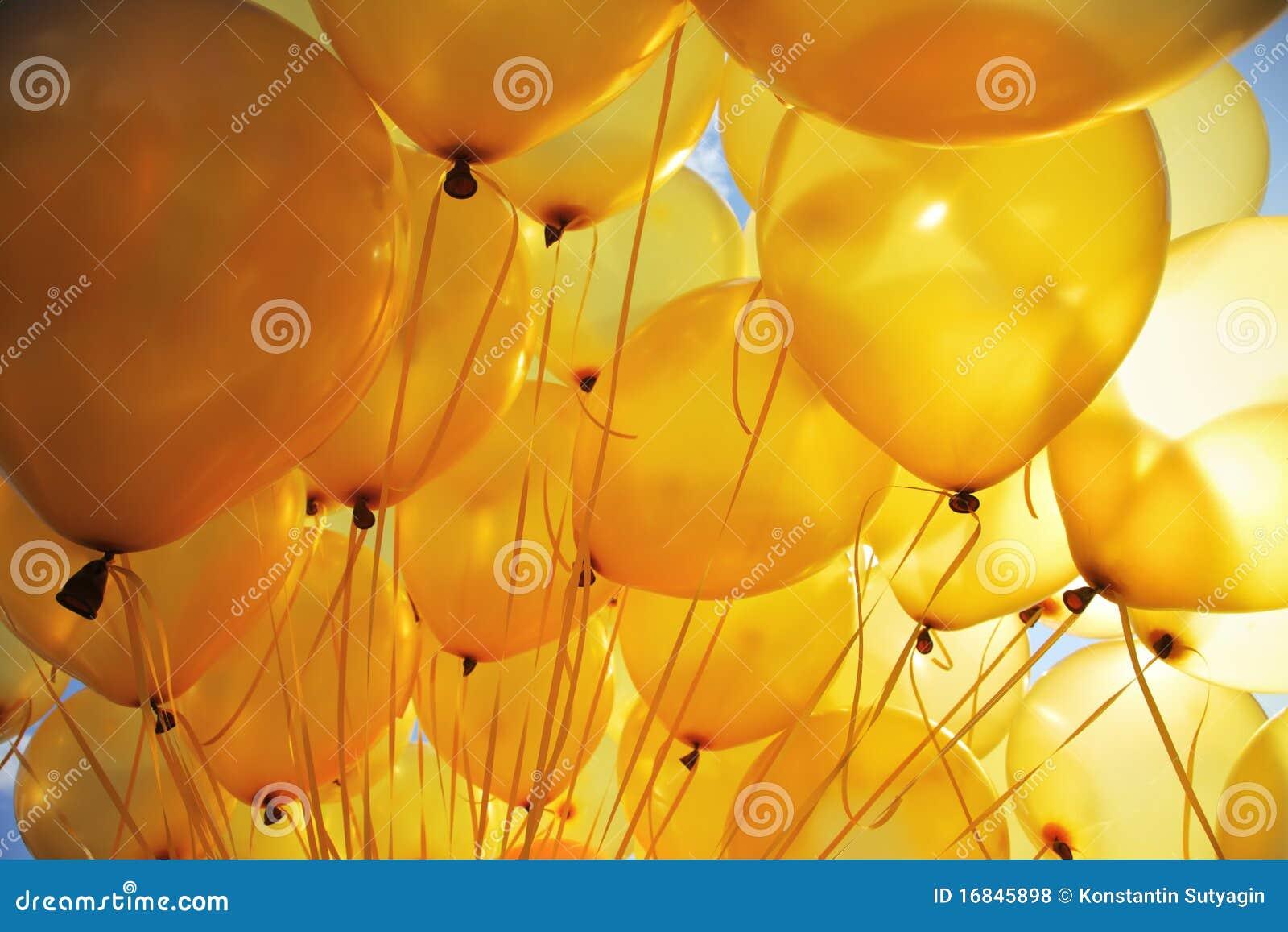 O amarelo balloons o fundo