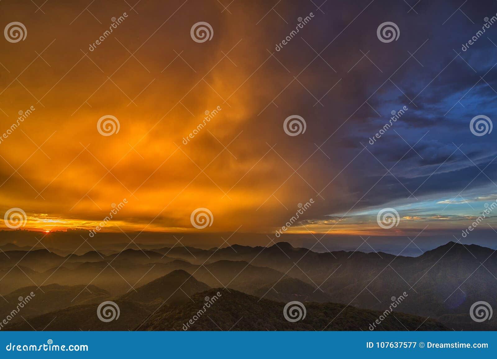 O amarelo nebuloso no céu