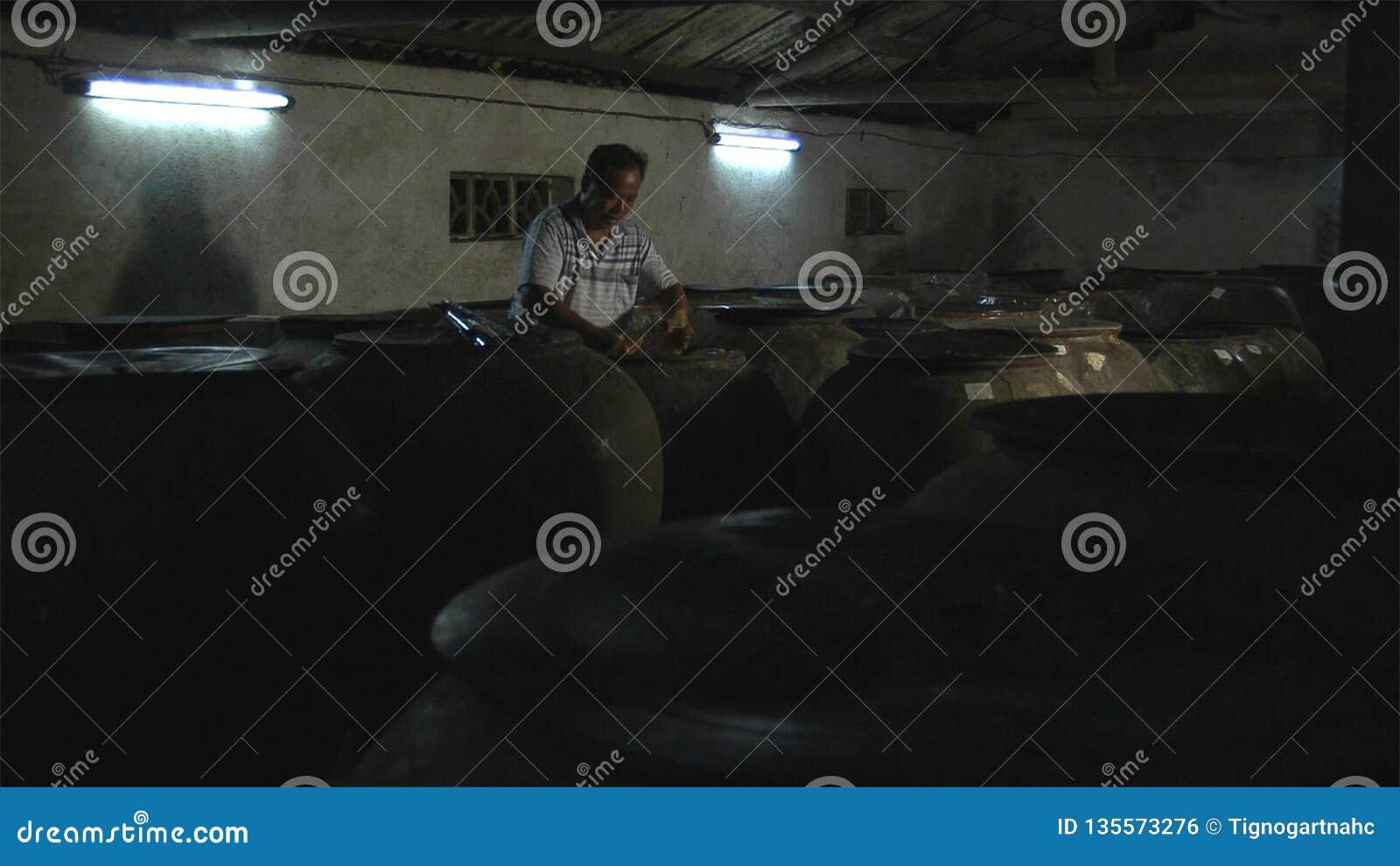 O ancião chinês está fazendo tiros de bambu ácidos para preservar yunnan China