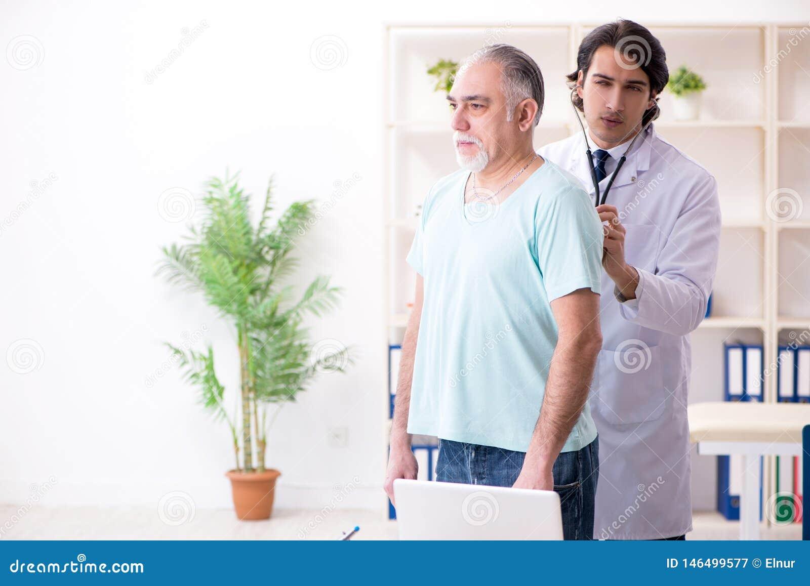 O anci?o que visita o doutor masculino novo