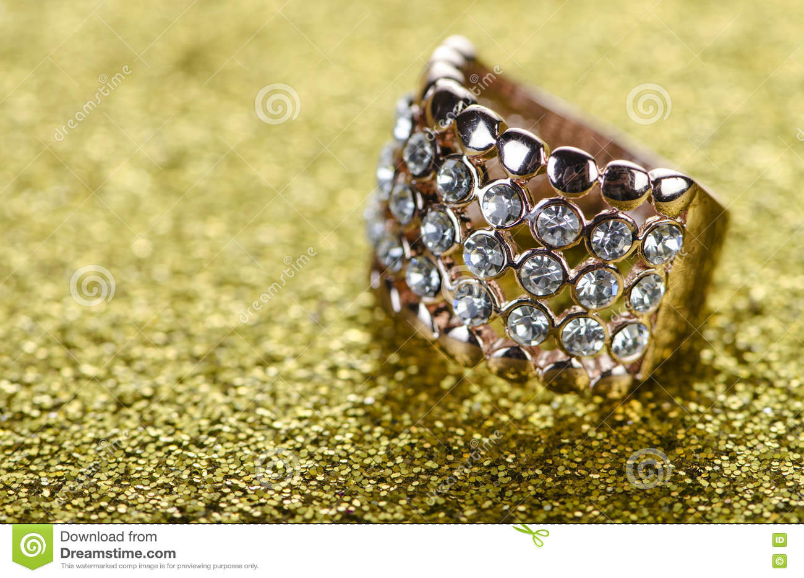 O anel da joia contra o fundo brilhante