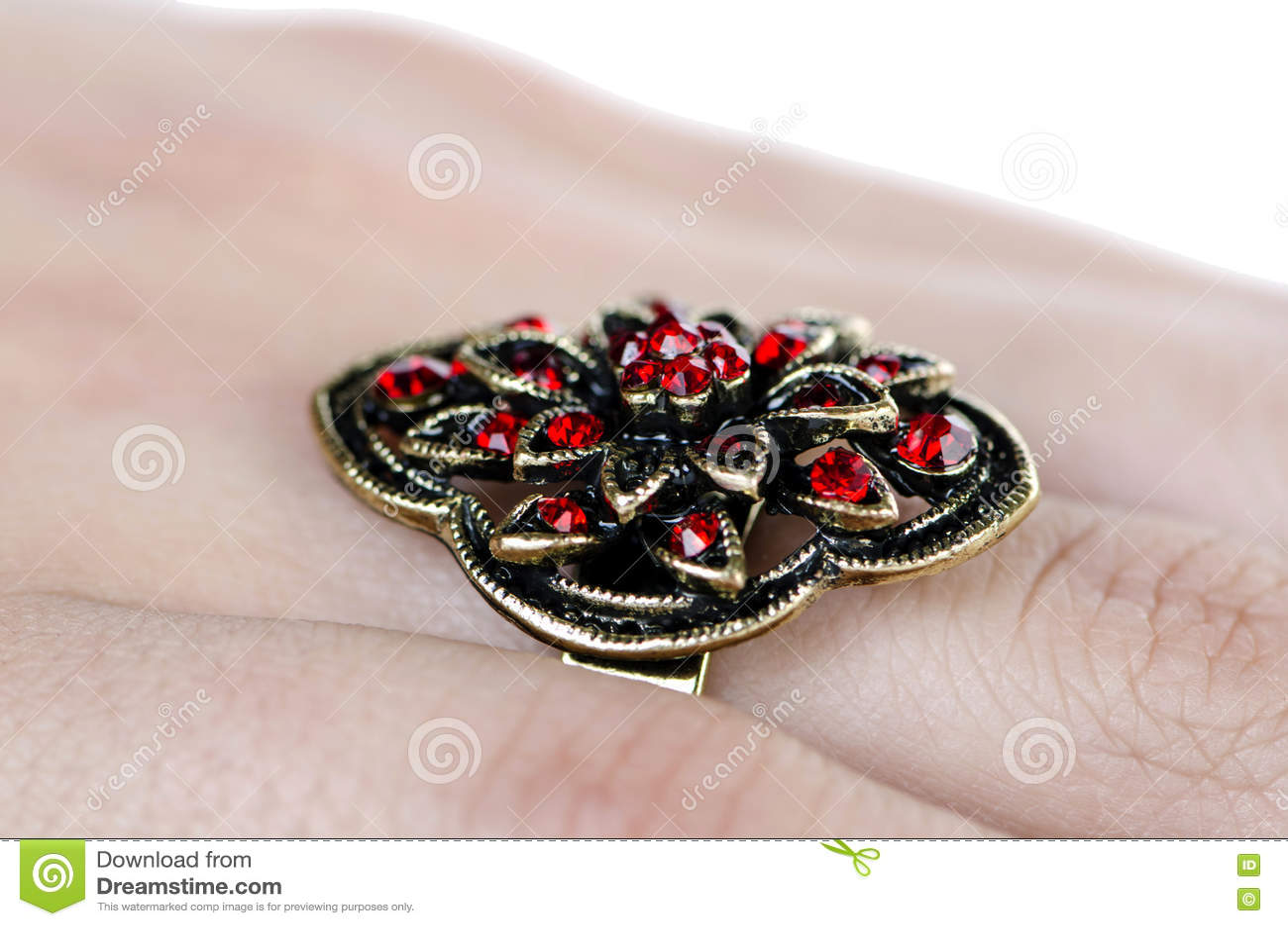 O anel da joia no branco