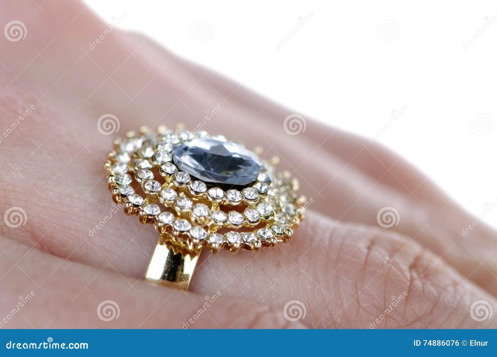 O anel da joia vestido no dedo