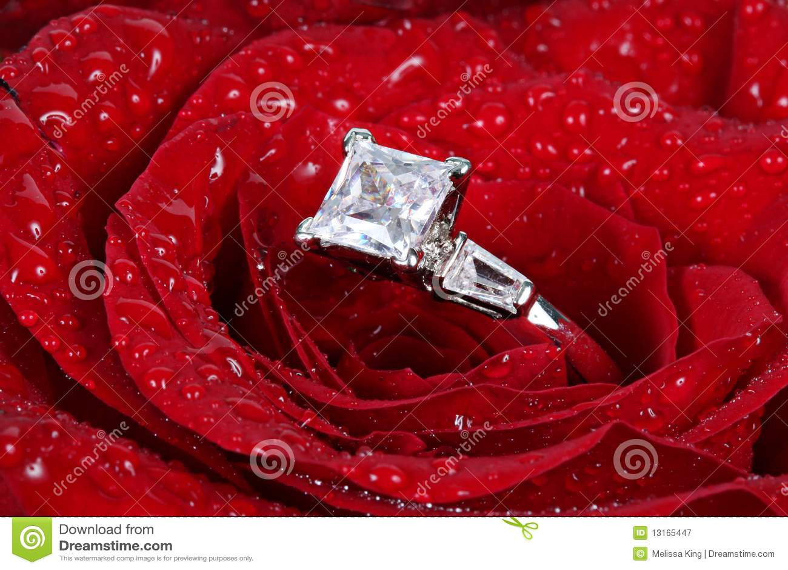 O anel de diamante no vermelho levantou-se