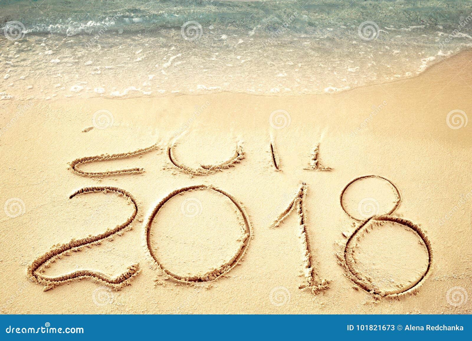 O ano novo 2018 substitui 2017 no verão da praia do mar, o ano novo 2017 é conceito de vinda closeup