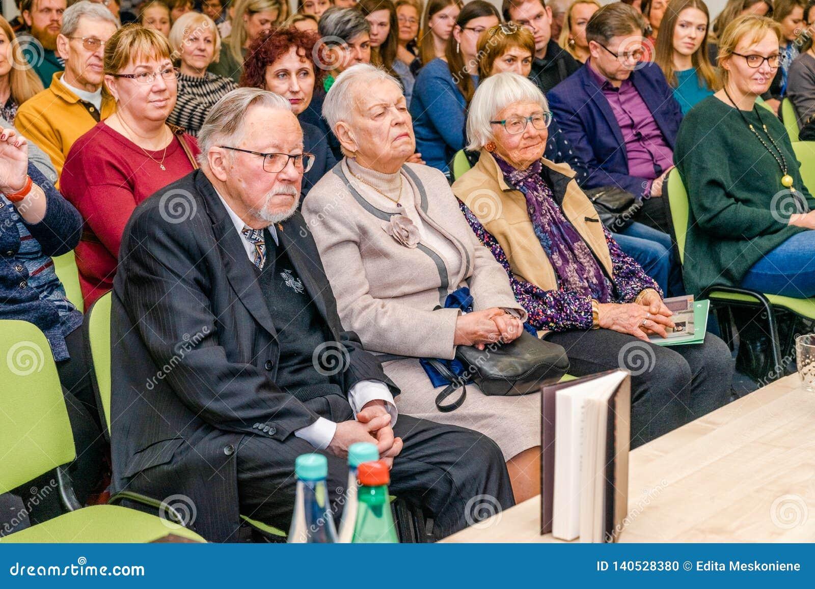 O anterior líder do estado Vytautas Lansbergis, pai do escritor do livro, está sentando-se na primeira fileira com sua esposa no