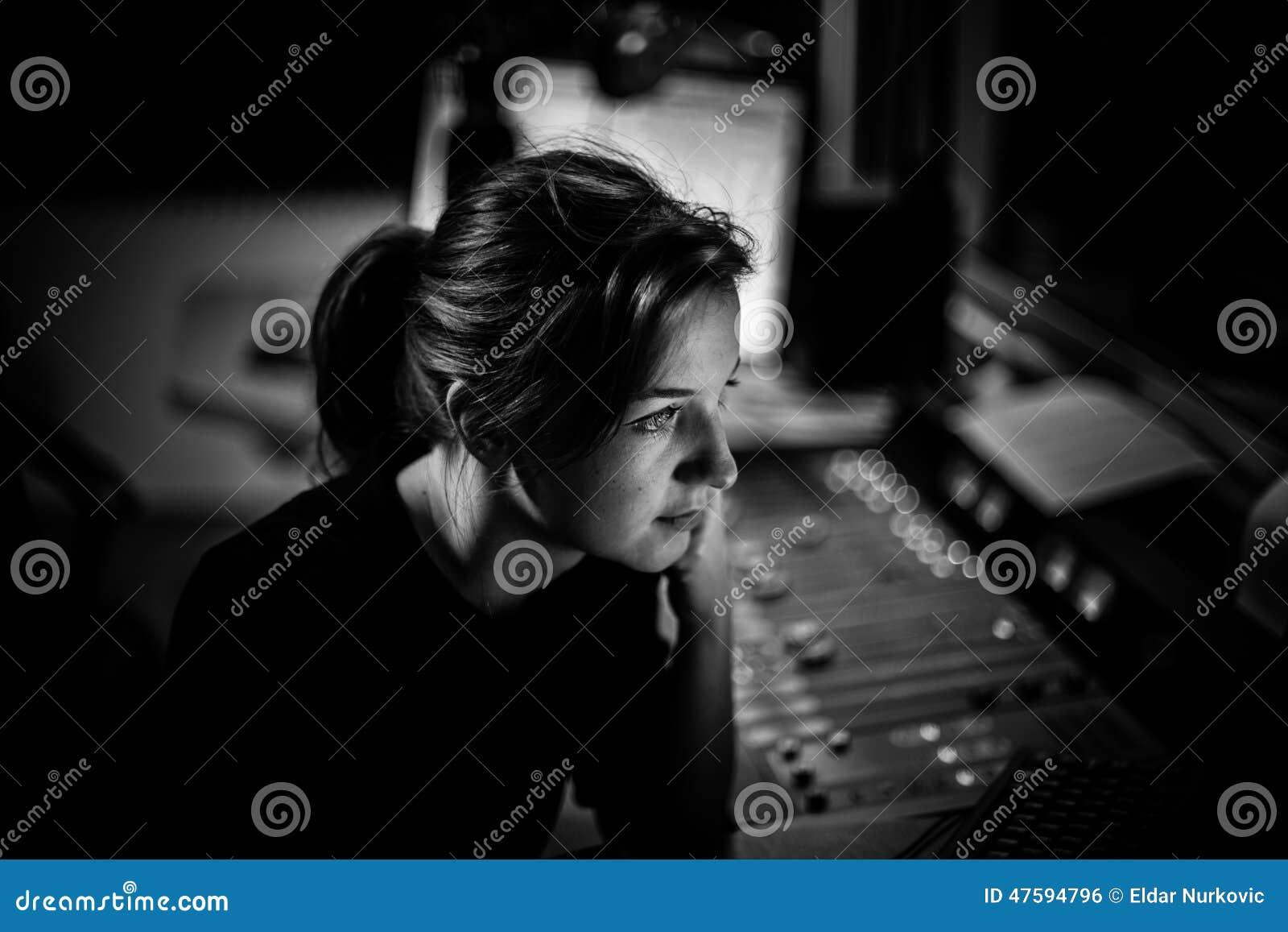 O apresentador ou o anfitrião na estação de rádio que hospedam a mostra para o rádio vivem no estúdio Diretor de rádio fêmea no e
