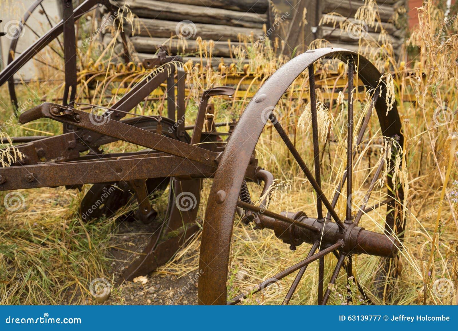 O arado antigo com metal roda dentro a grama dourada for Jackson wyoming alloggio cabine