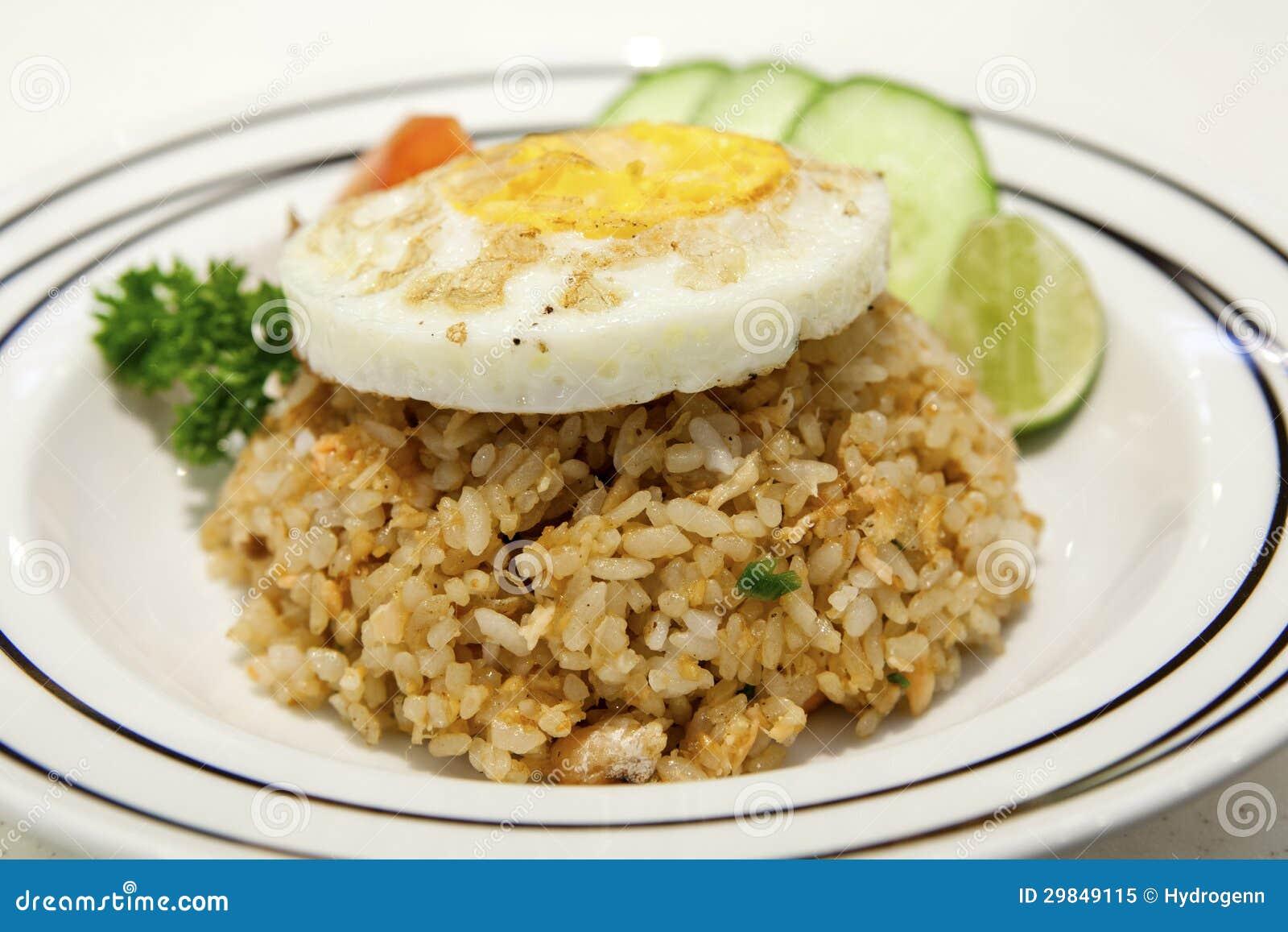 Arroz fritado e ovo dos salmões na parte superior