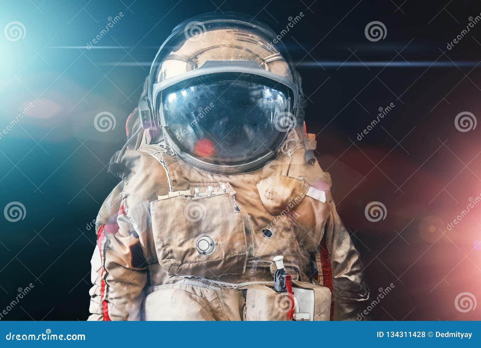O astronauta ou o astronauta ou o cosmonauta no fundo do espaço escuro com luz azul e vermelha como a ficção científica ou o fant