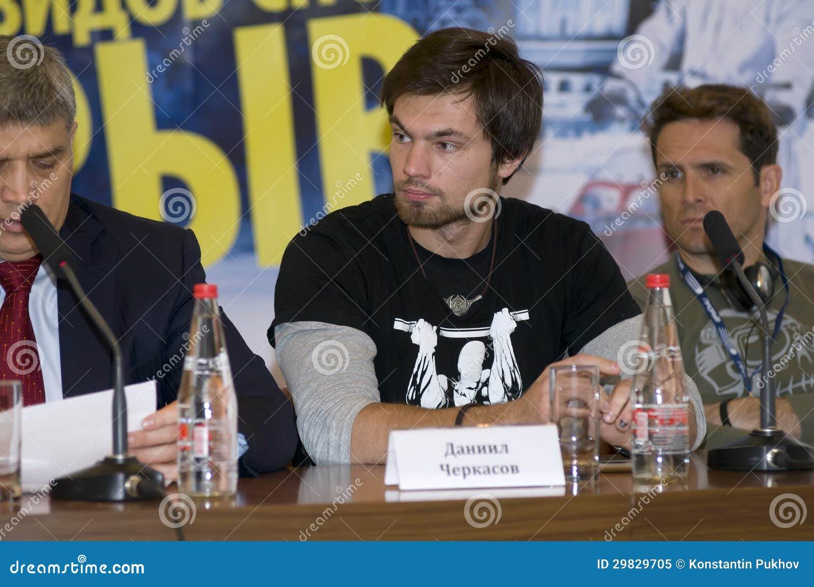Daniel Cherkasov na imprensa-conferência, dedicada ao festival de tipos extremos dos esportes