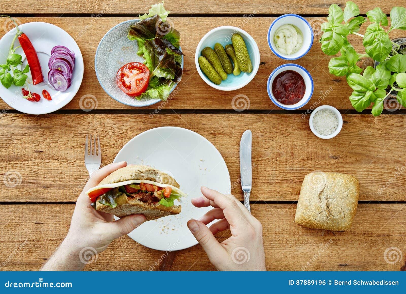 O auto comendo de Foodie fez o petisco delicioso do sanduíche