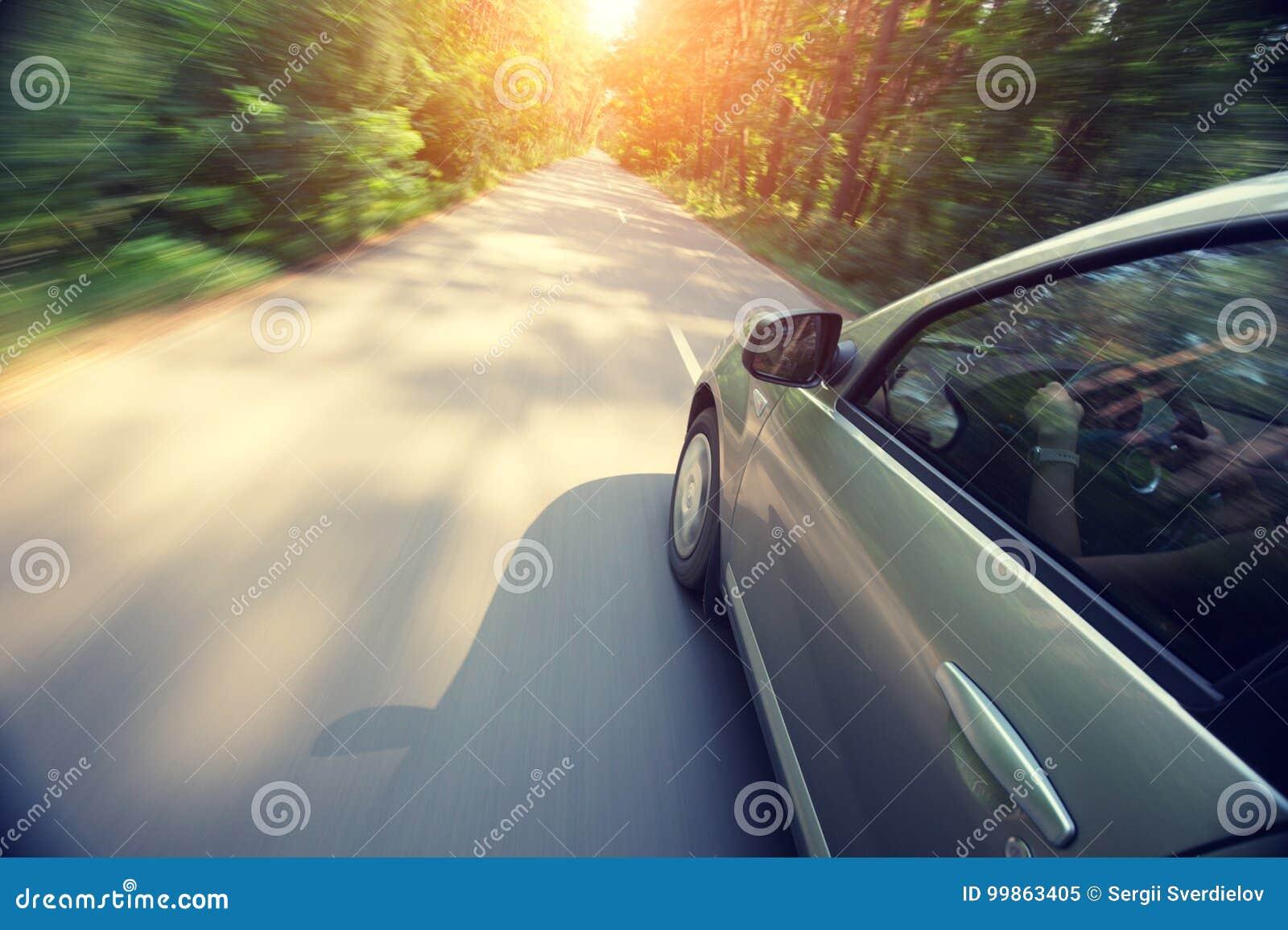 O automóvel move-se na velocidade rápida no nascer do sol