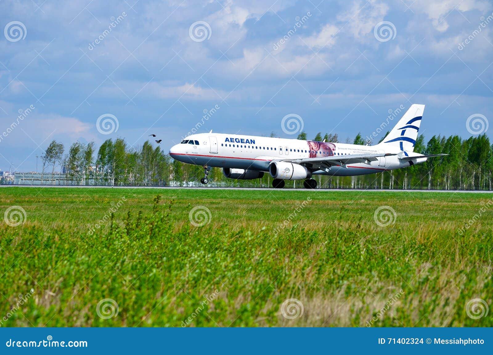 O avião de Aegean Airlines Airbus A320 está montando na pista de decolagem após a chegada no aeroporto internacional de Pulkovo e