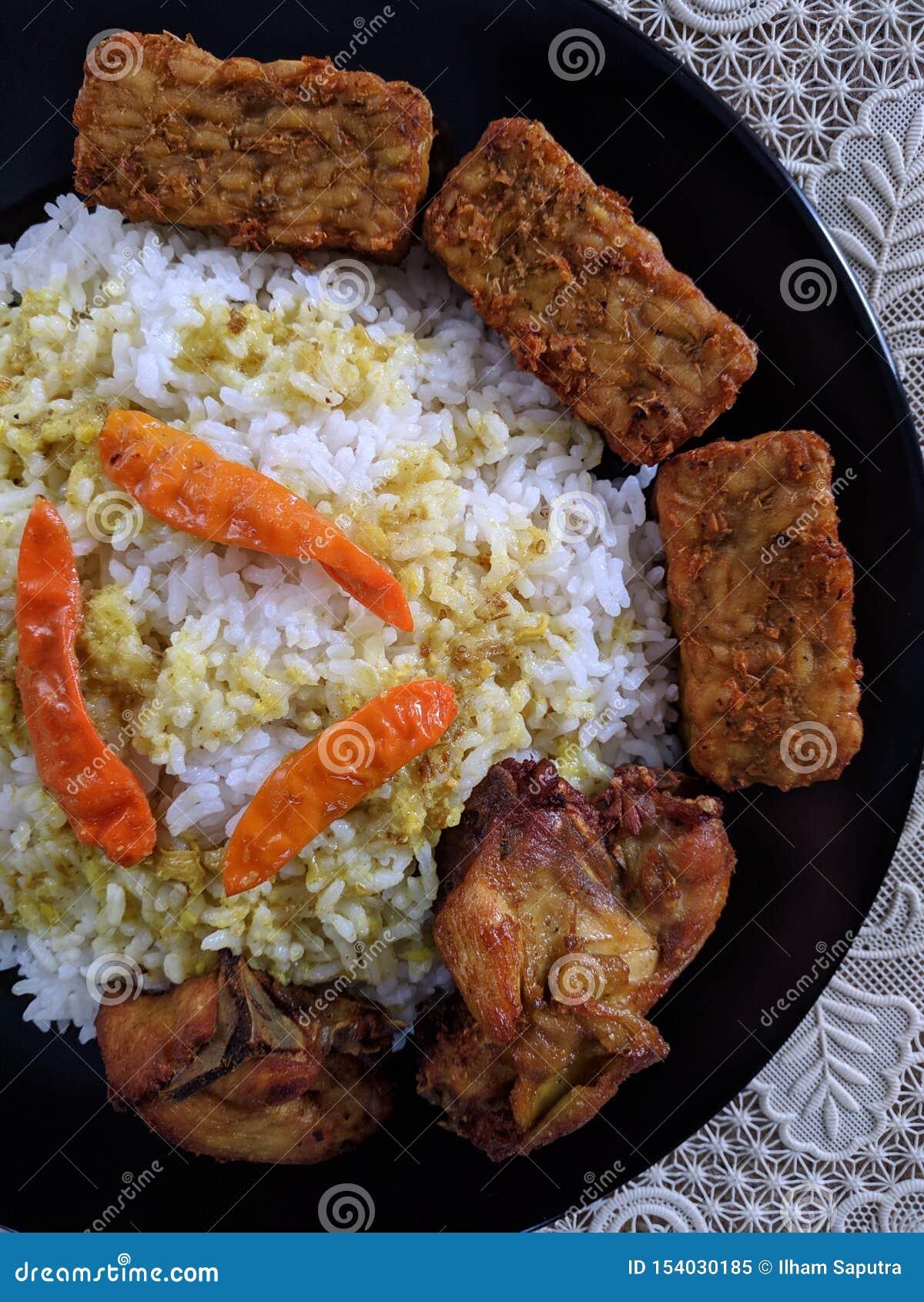 O ayam de Nasi ou o arroz da galinha são em casa culinário indonésio
