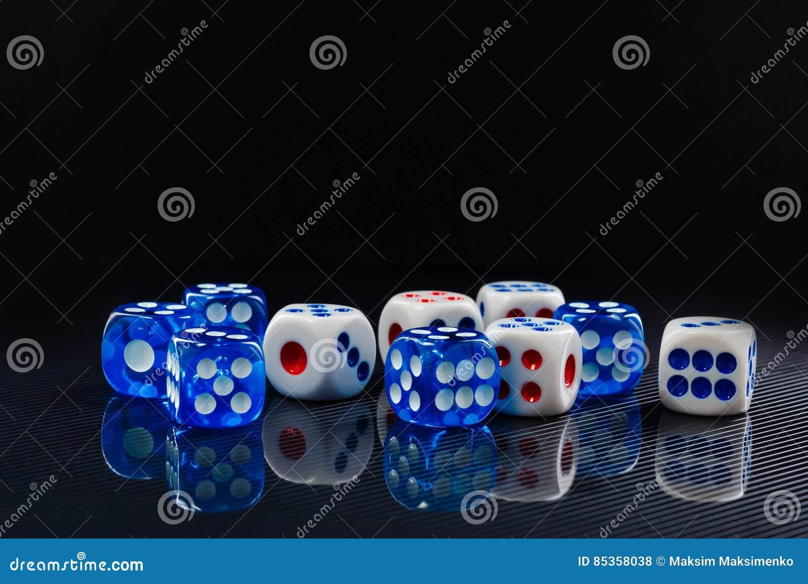 O azul e o branco cortam no fundo preto lustroso