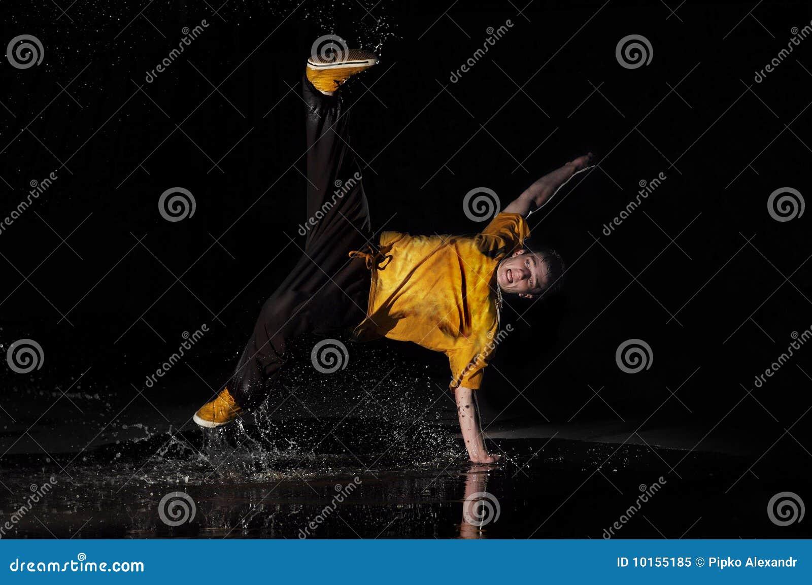 O B-menino dança na água