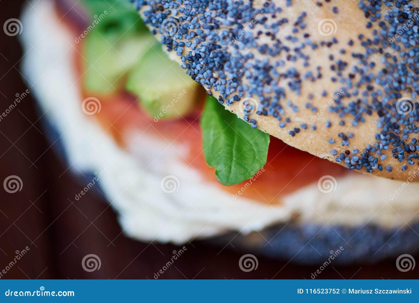 O bagel delicioso dos salmões e do queijo creme em um serviço embarca
