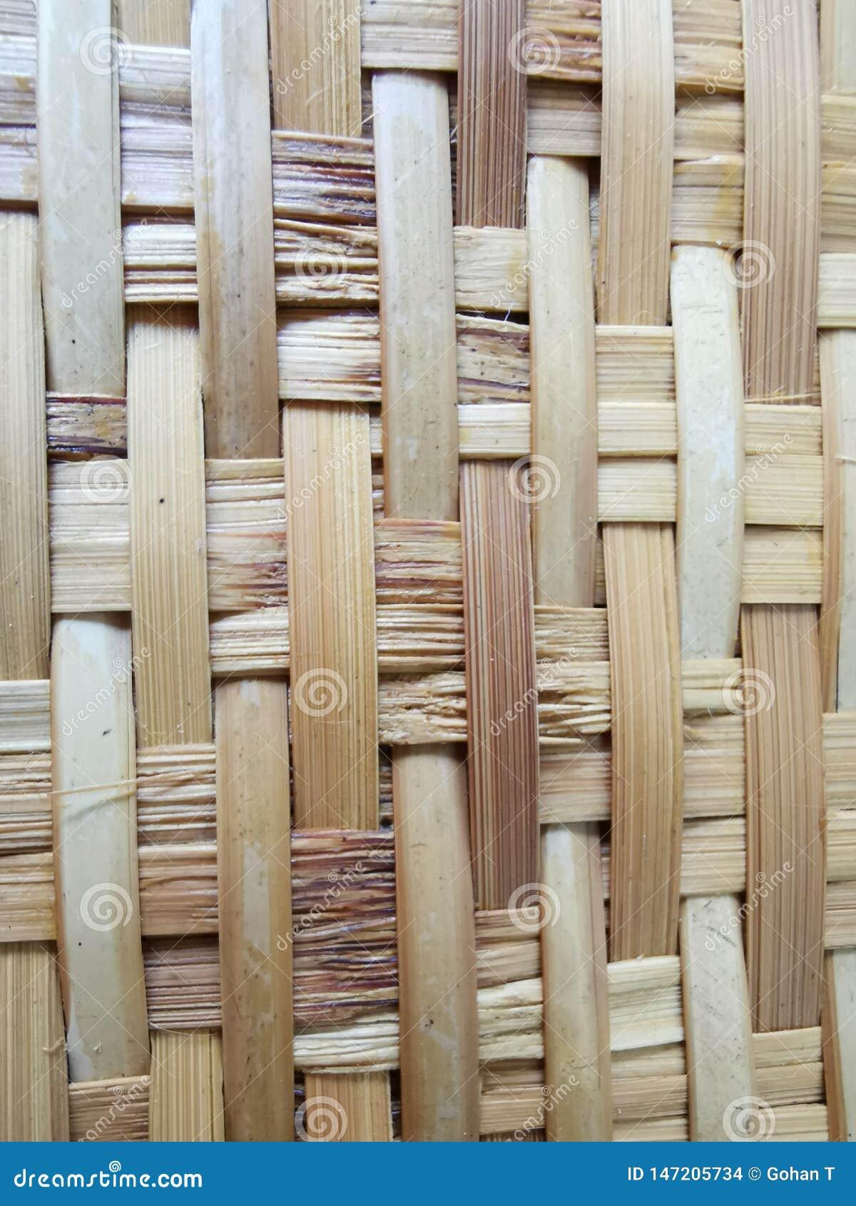 O bambu tece no teste padrão para bandejas naturais, lustrar, tecendo, artesanatos por artesãos populares, recicla