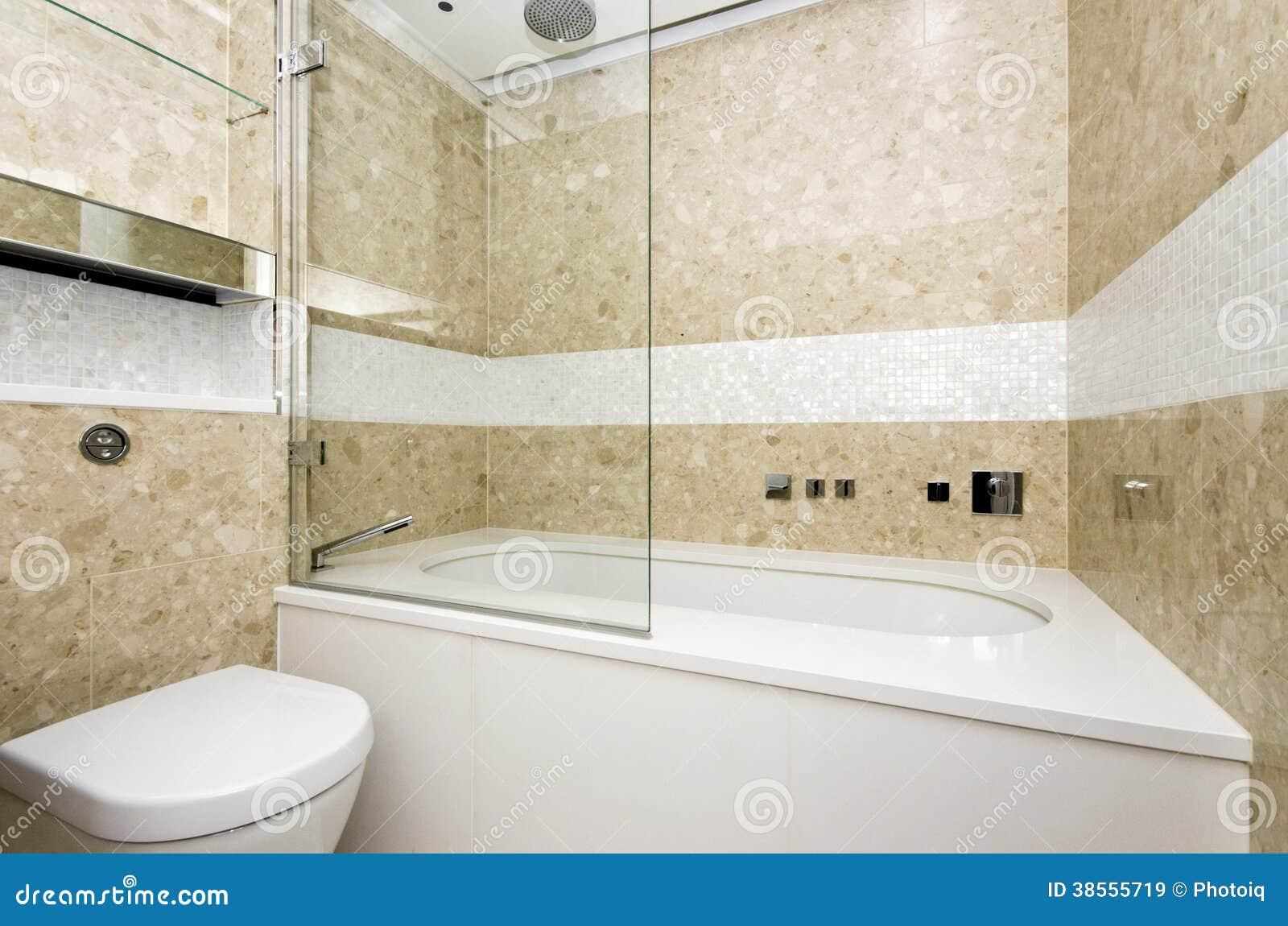 O Banheiro à Moda Com A Grandes Banheira E Mosaico Do Desenhista Telhou O Wa  -> Banheiro Com Banheira E Chuveiro Separados