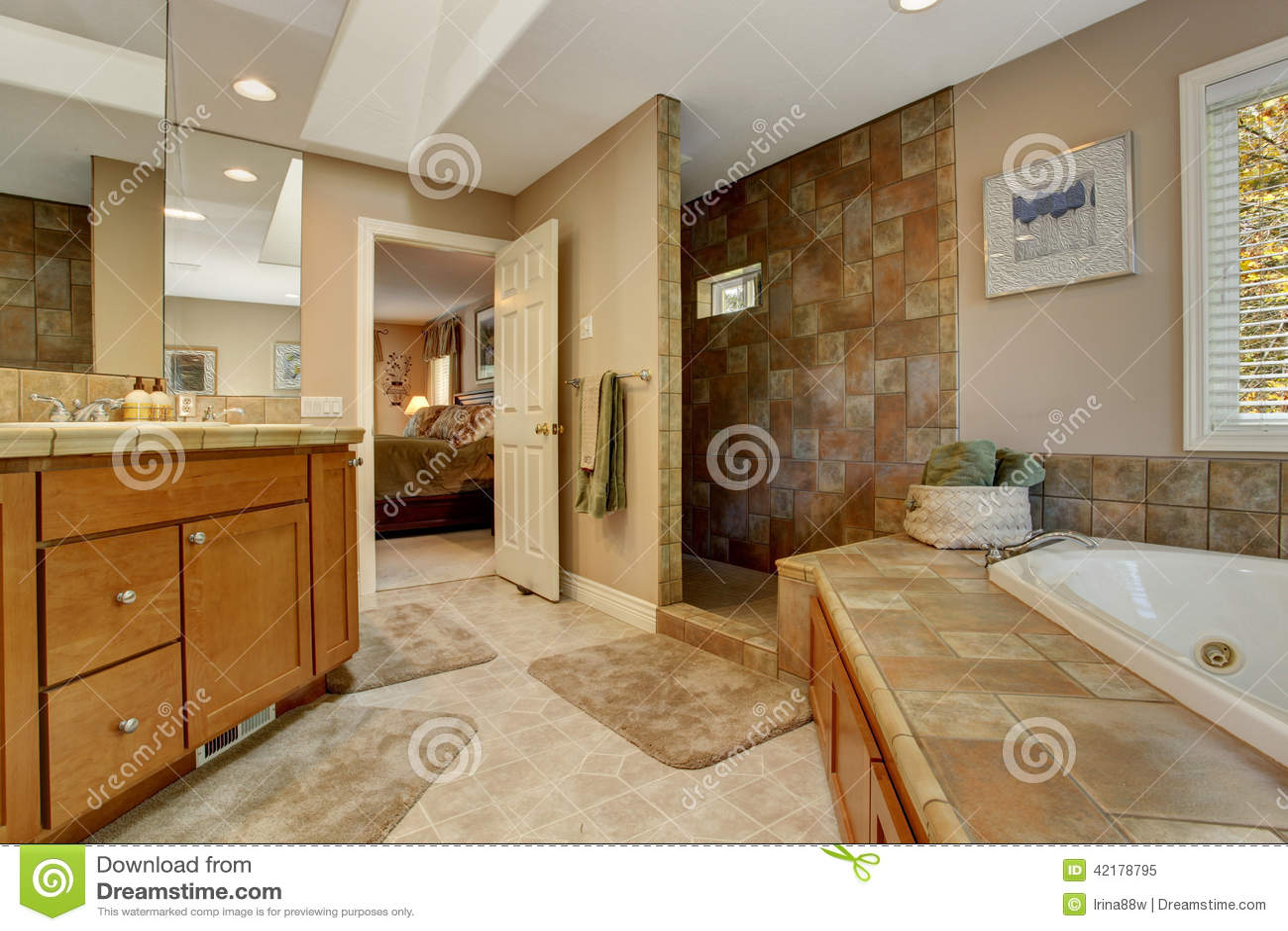 Banheiro Espaçoso Com Banheira De Canto E Abre O Chuveiro Foto de  #3C230C 1300x957 Banheiro Com Banheira E Chuveiro
