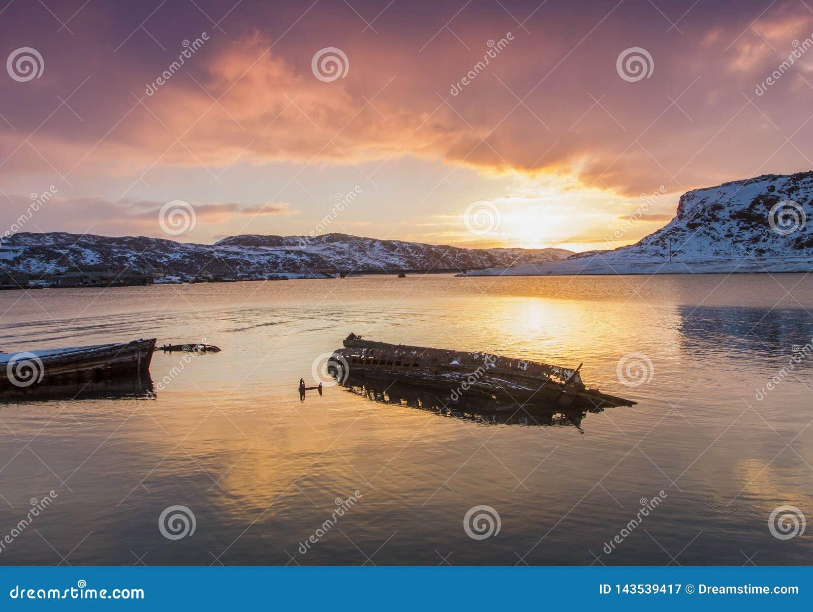O barco de madeira destruído velho no vê